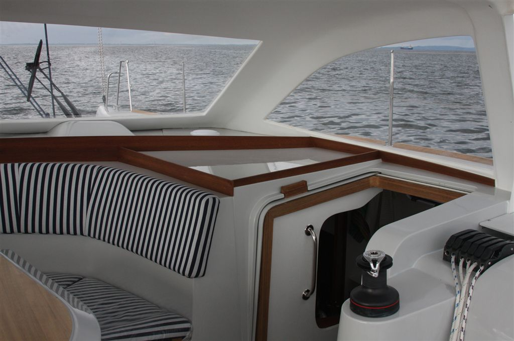 Short roof - access to starboard hull